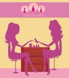 Jovem senhora que faz o manicure no salão de beleza ilustração royalty free