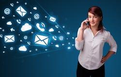 Jovem senhora que faz o telefonema com ícones da mensagem ilustração royalty free