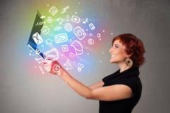 Jovem senhora que guarda o caderno com mão colorida multimédios tirados Fotos de Stock Royalty Free