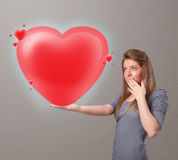 Jovem senhora que guardara o coração bonito do vermelho 3d Foto de Stock