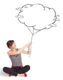 Jovem senhora que guardara o desenho do balão da nuvem Foto de Stock Royalty Free