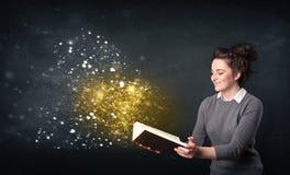 Jovem senhora que lê um livro mágico Imagem de Stock Royalty Free