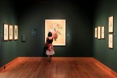 Jovem senhora que olha na exibição floral, Cleveland Art Museum, Ohio, 2016 Fotografia de Stock Royalty Free