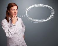 Jovem senhora que pensa sobre a bolha do discurso ou do pensamento com termas da cópia Fotografia de Stock