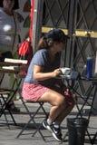 Jovem senhora que senta-se em uma barra e que tem uma bebida 9 Fotografia de Stock Royalty Free