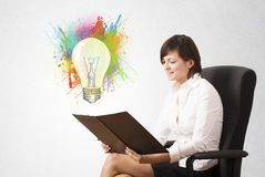 A jovem senhora que tira uma ampola colorida com colorido espirra Imagens de Stock