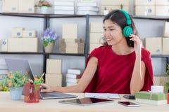 Jovem senhora que trabalha em casa o escrit?rio fotos de stock royalty free