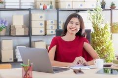 Jovem senhora que trabalha em casa o escrit?rio foto de stock royalty free