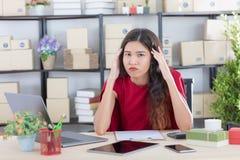 Jovem senhora que trabalha em casa o escrit?rio imagem de stock