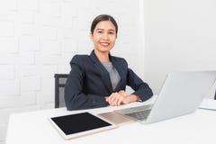 Jovem senhora que trabalha no escrit?rio imagens de stock royalty free