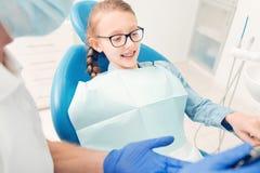 Jovem senhora relaxado que espera seus dentes a ser tratados fotografia de stock royalty free