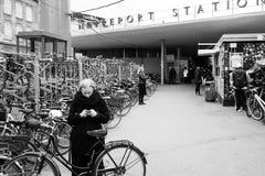 Jovem senhora Texting no estação de caminhos-de-ferro em Copenhaga Fotografia de Stock Royalty Free