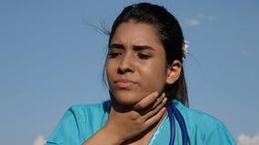 Joven de la muchacha con la garganta dolorida Imagen de archivo libre de regalías