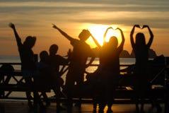 Joven energizado delante de la salida del sol Fotografía de archivo