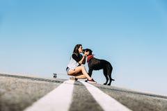 Joven hermoso amando su perro Imagen de archivo
