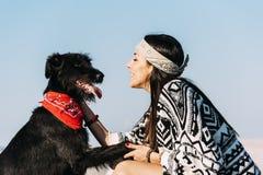 Joven hermoso amando su perro Foto de archivo libre de regalías