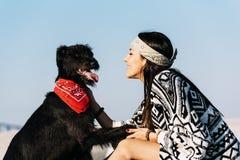 Joven hermoso amando su perro Fotos de archivo