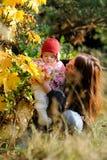 Joven sirva de madre a su pequeño bebé Imagen de archivo libre de regalías
