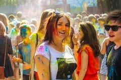 Joven y hermoso, riendo feliz de la cámara en el parque encendido Imagen de archivo libre de regalías