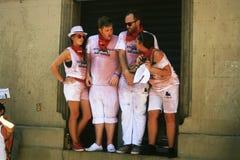 Jovenes subidos losu angeles ventana, Pamplona en Sanfermin obraz royalty free