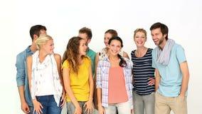 Jovens à moda que sorriem na câmera filme