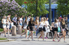 Jovens adolescentes na vista que vê a excursão Imagem de Stock