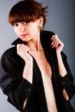 Jovens adoráveis bonitos na camisa preta imagem de stock royalty free