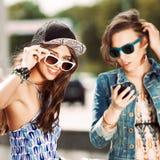 Jovens bonitos no fundo da cidade Imagens de Stock