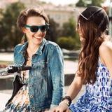 Jovens bonitos no fundo urbano Imagens de Stock