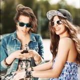 Jovens bonitos no fundo urbano Fotos de Stock Royalty Free
