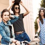 Jovens bonitos no fundo urbano Fotos de Stock
