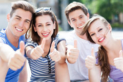 Jovens com polegares acima Fotografia de Stock Royalty Free