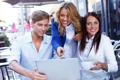 Jovens com portátil Imagem de Stock Royalty Free