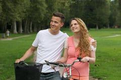 Jovens com suas bicicletas que olham acima Imagens de Stock