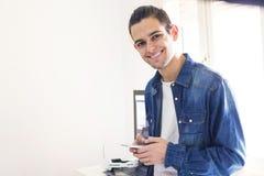 Jovens com telefone celular fotos de stock royalty free