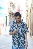 Jovens com telefone celular na rua imagem de stock royalty free