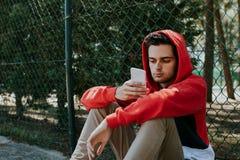 Jovens com telefone celular imagem de stock