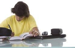 Jovens concentrados no estudo Imagens de Stock Royalty Free