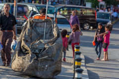 Jovens crianças pobres que recolhem o lixo Fotografia de Stock