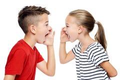 Jovens crianças que enfrentam-se e a gritaria Conceito da terapia da fala sobre o fundo branco imagens de stock royalty free