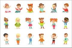 Jovens crianças vestidas na roupa bonito da forma das crianças, na série de ilustrações com crianças e no estilo ilustração royalty free