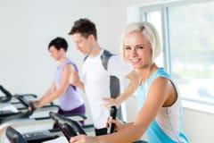Jovens da aptidão em exercício running da escada rolante Fotos de Stock Royalty Free