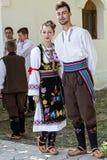 Jovens da Sérvia em trajes tradicionais Fotografia de Stock Royalty Free