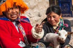 Jovens e mulheres adultas nativos foto de stock royalty free
