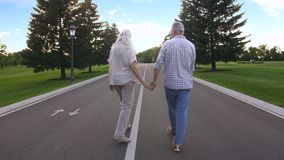 Jovens em pares do coração em uma caminhada alegre fora vídeos de arquivo
