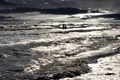 Jovens em sêniores do coração no mar Fotografia de Stock Royalty Free