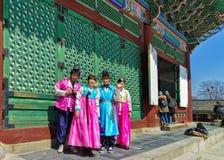 Jovens em trajes tradicionais no palácio de Gyeongbokgung em Seoul Foto de Stock Royalty Free