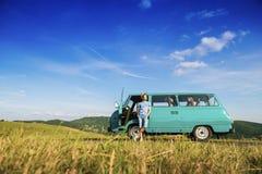 Jovens em uma viagem por estrada Fotos de Stock Royalty Free
