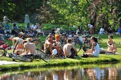 Jovens em Vondelpark Amsterdão Foto de Stock Royalty Free