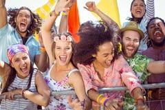 Jovens entusiasmado que cantam avante Foto de Stock